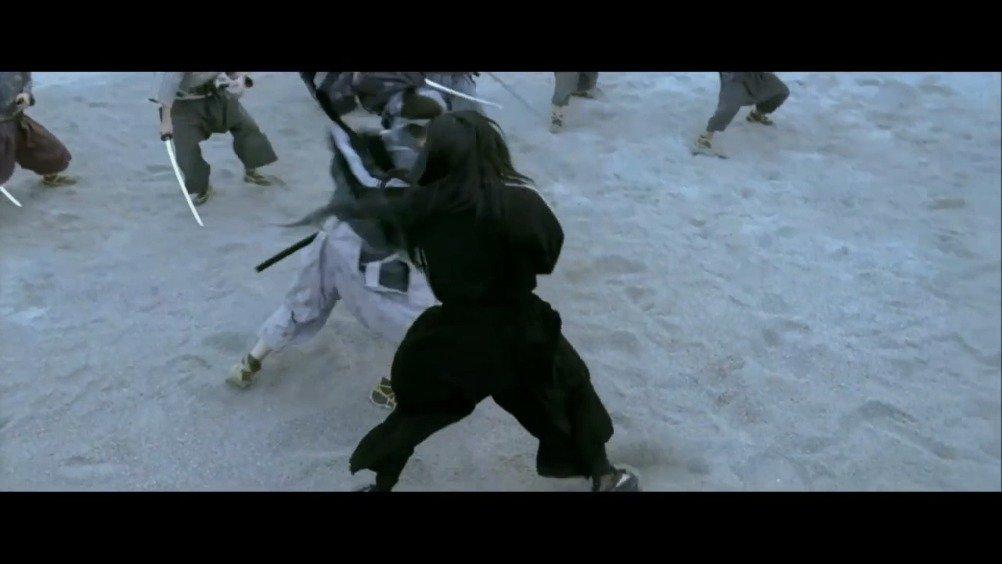 不用尖刀利器,只用两支长袖就能打败众武士