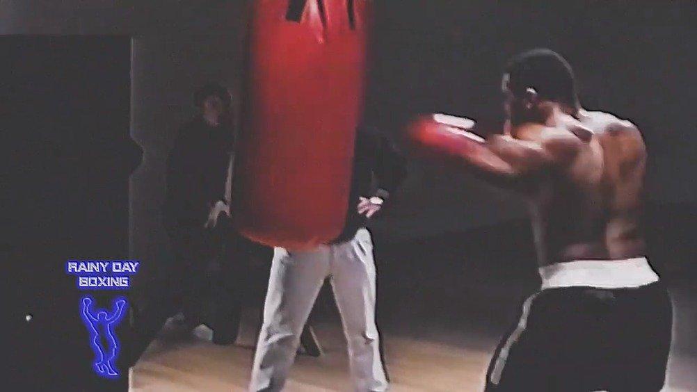 铁拳迈克泰森 Mike Tyson 巅峰时期击打重沙袋训练集锦,太残暴了~