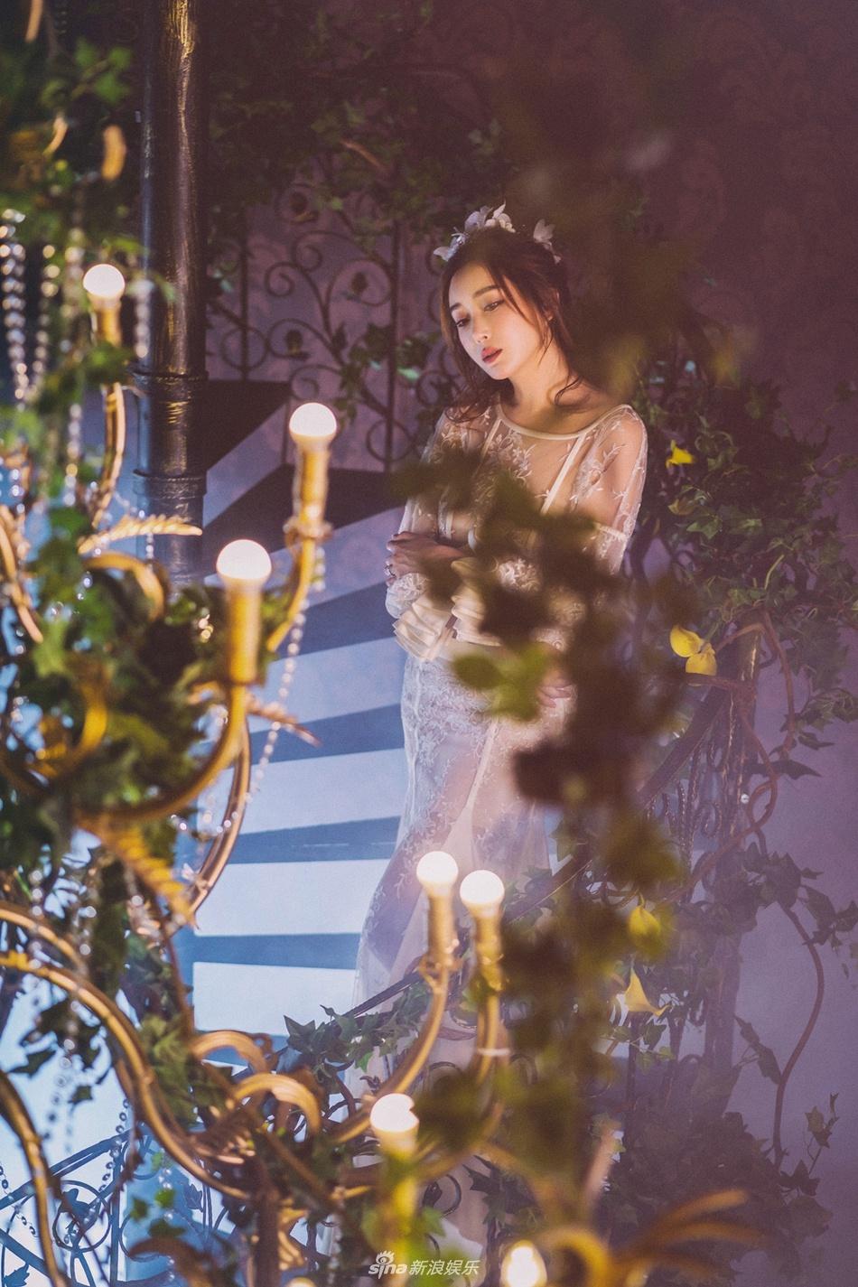 杜若溪 白裙傍身气质妩媚 宛如丛林仙子