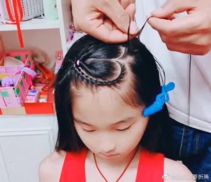 这位爸爸又给女儿编新发型了,这个爱心你能感受到吗