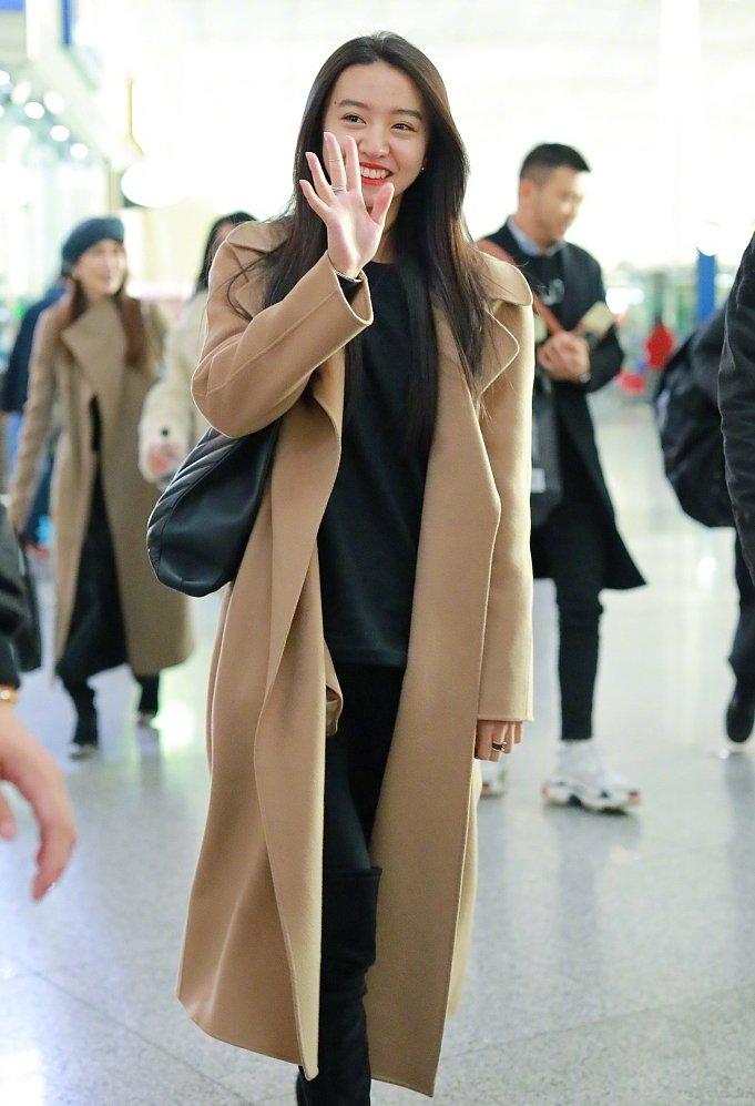 12月7日,16岁的身穿羊绒大衣和妈妈工藤静香一起现身机场