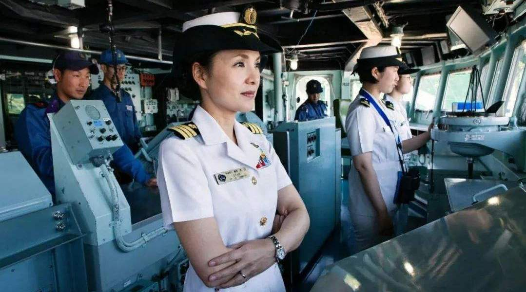 一路如坐火箭般被提拔,日本48岁女舰长风韵犹存,传和美司令有染