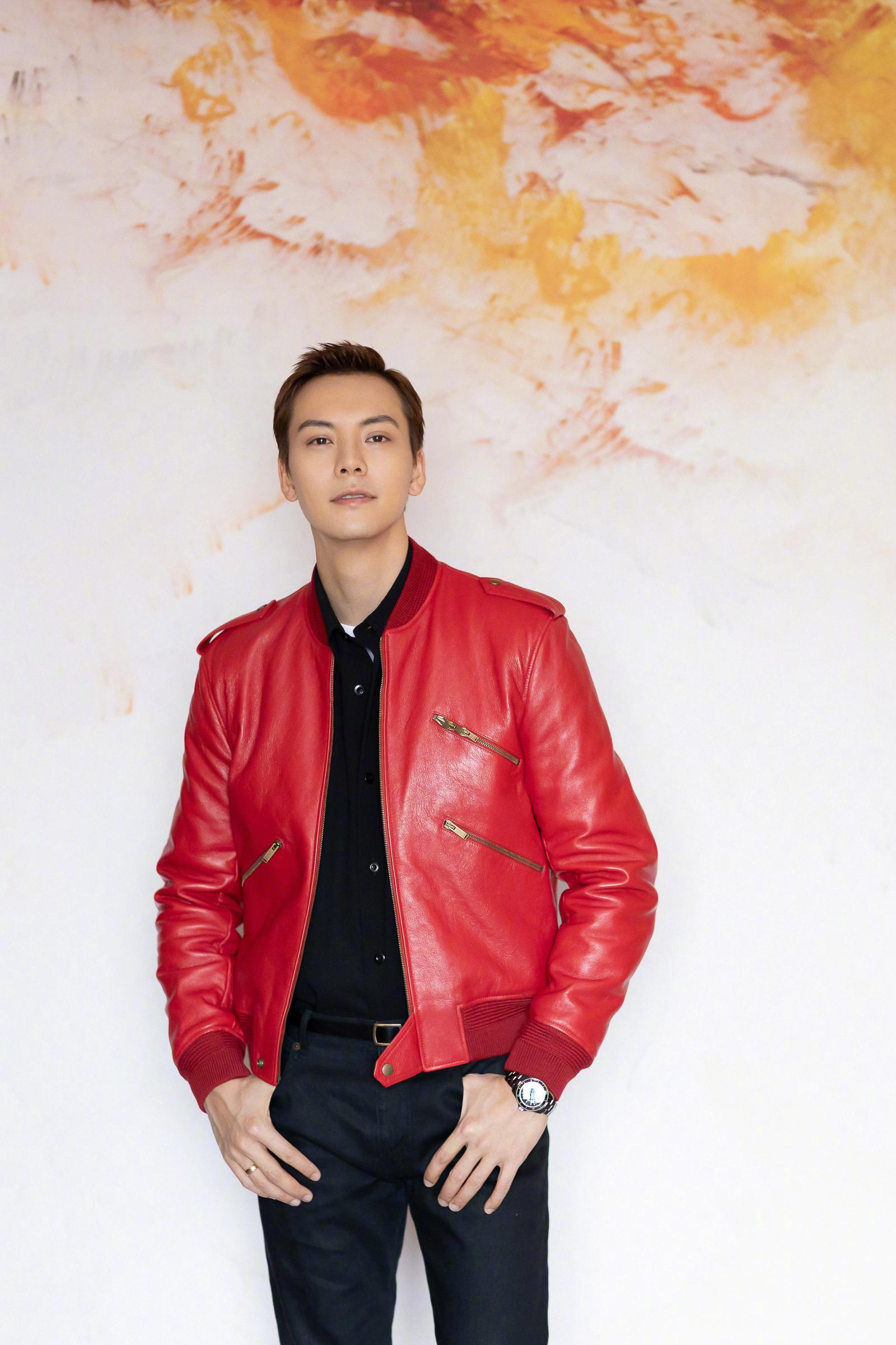2020央视春晚,身着Saint Laurent红色机车夹克搭配黑色衬衫
