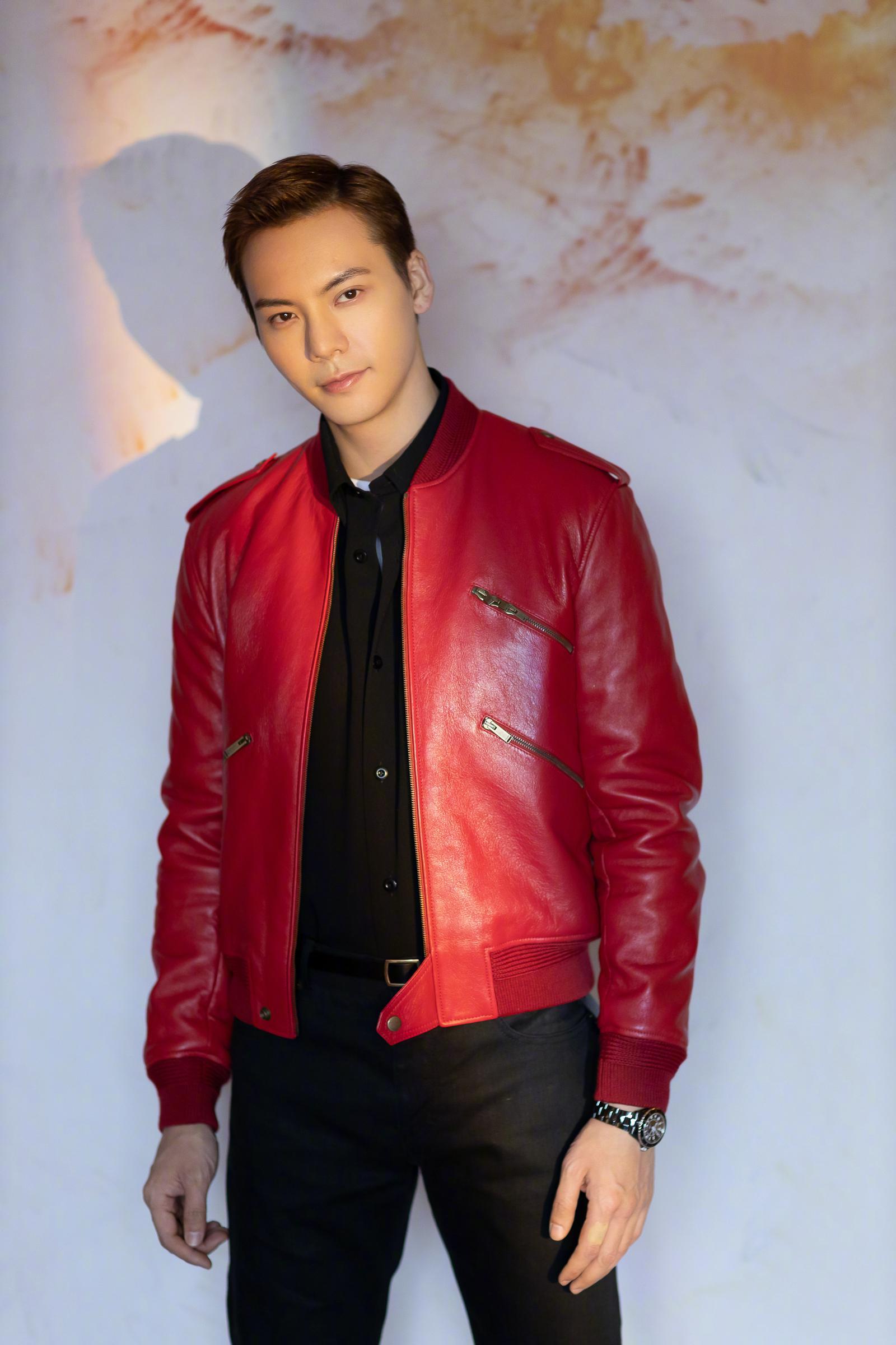 身穿Saint Laurent 红色皮衣