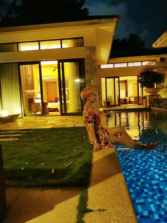 泳池别墅超舒服!可惜我不会游泳,坐着拍几张皂片吧!