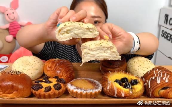 小姐姐尝试猛犸象面包店的各种甜点,从面包卷、水果挞到各种酥都有