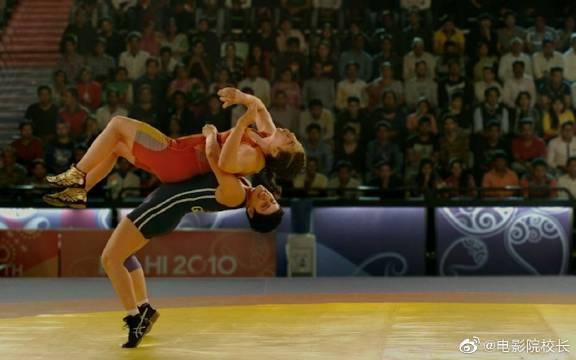 《摔跤吧!爸爸》马哈维亚曾经是一名前途无量的摔跤运动员