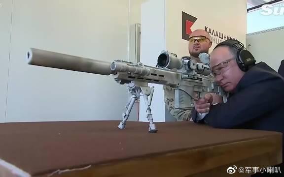 普京体验俄新式狙击枪SVCh-308