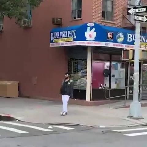 路边偶遇两位斗舞的陌生人,真的很认真呢(推 apiecebyguy)