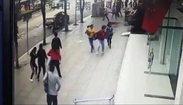 贵阳一越野车冲入银行致1死3伤 肇事司机已被警方控制