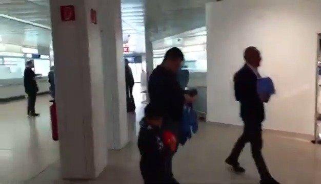 那不勒斯教练组及球员们走出萨尔茨堡机场,北京时间24:00