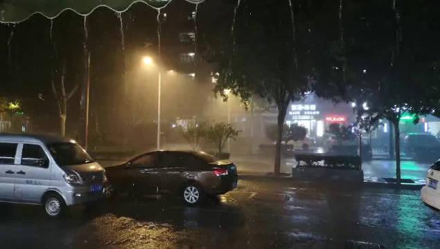 省会华新路狂风伴着骤雨。(河北日报客户端记者 贾恒摄)