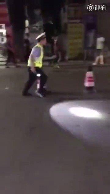 青年男子违章开摩托,被查时急速转弯,迅速逃离。。。。