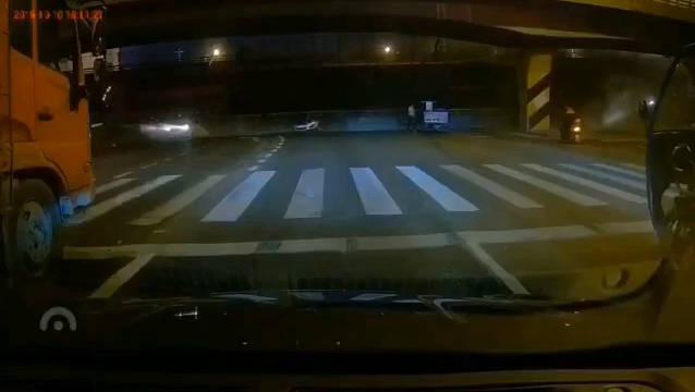 无锡312国道桥梁坍塌,这个太吓人了. @WeCar视频自媒体联盟