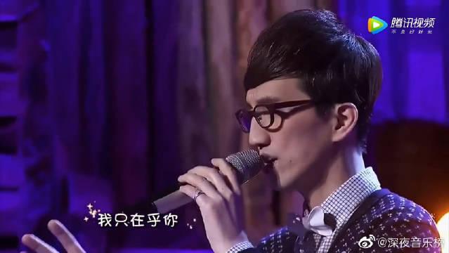 林志炫和徒弟深情演唱《我只在乎你》,台下的杨钰莹都听陶醉了!