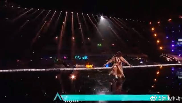 带你欣赏一场精彩的舞蹈秀表演!何洛洛的狂野,秦天的柔美!