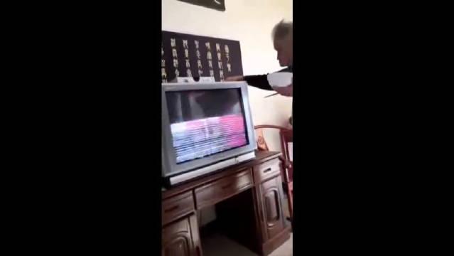 我们村顶级电视机维修工程师,拍两下,就知道你家电视啥情况