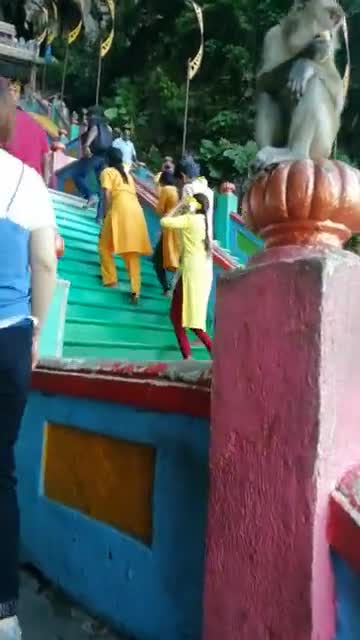 看看马来西亚的黑风洞:印度教的山神,猴子一点都不怕人