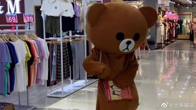 网红熊真的很傲娇,小哥哥不接她的传单,她竟然对别人大打出手