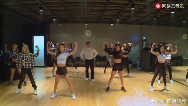 PSY带着一帮美女伴舞唱跳《Daddy》,鸟叔的舞技被低估了