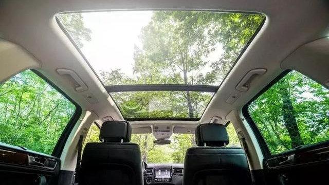 汽车的全景天窗配置,真的会影响到汽车安全性吗?