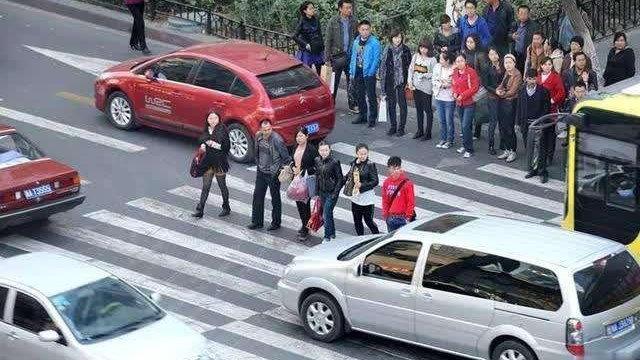 国内交通的三大怪现象,弱势群体反而强势,守交规的司机开不快?