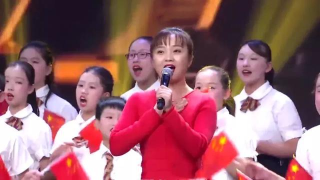林妙可扎高马尾穿红裙领唱,身材圆润长相变化大,歌声依旧童真