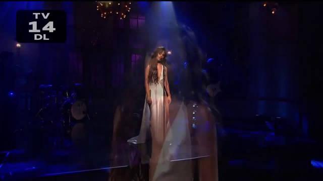 卡妹Camila Cabello全新现场首唱新单《Easy》,一袭深V白裙