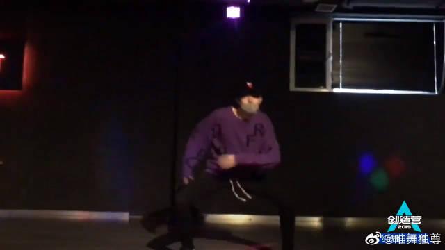赵让翻跳张艺兴舞蹈《梦不落雨林》,跳的很不错啊!