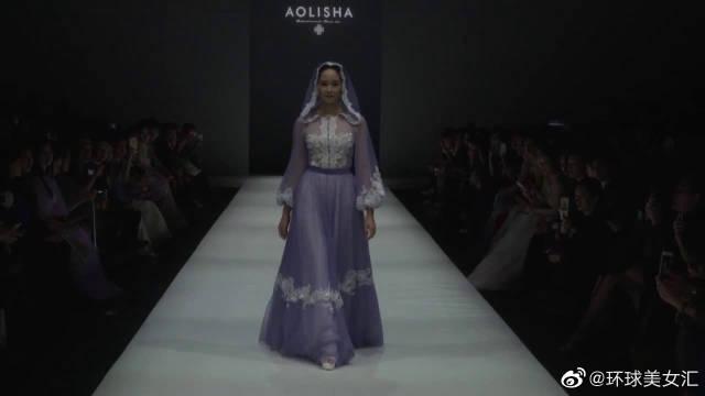 紫色纱裙走秀,取下帽子的那一刻,简直太美了!