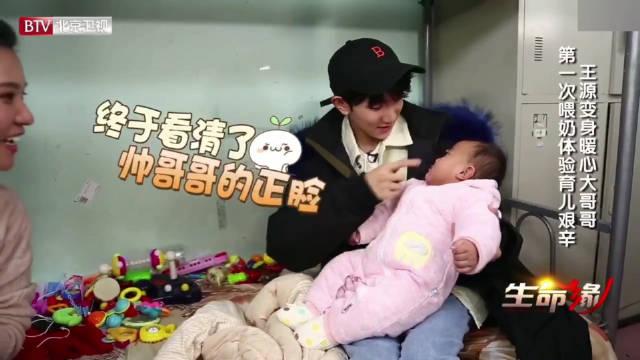抱孩子暖哭了,宝宝很萌他很懵