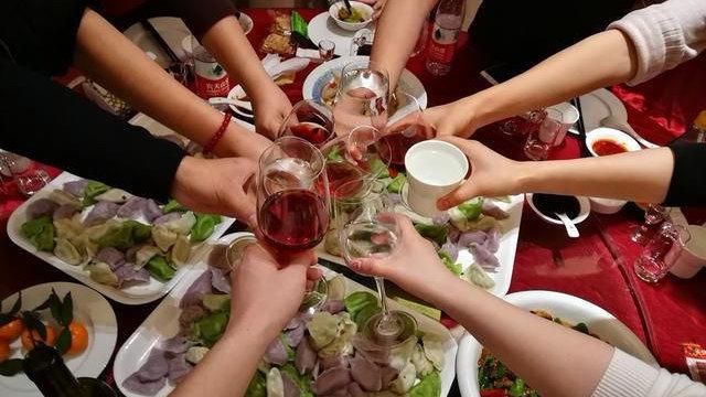 一人就能传染一桌人!春节聚餐,最该防的不是艾滋和乙肝!