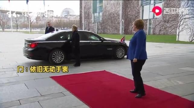 首相专车就是不一样,苦了开车门的人。