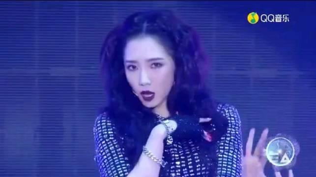 孟美岐最佳女歌手唱跳《犟》,音色又绝佳的舞台震慑力