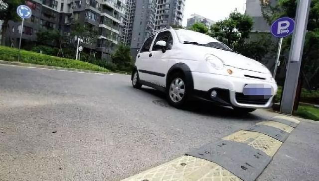 过减速带的方法不规范,会减少爱车的寿命!