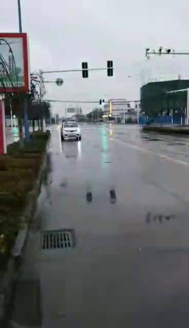 江苏老家的朋友拍的视频,治安车循环播放防疫注意事项。