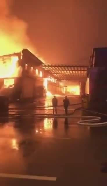 长沙县泉塘附近一家包装厂起火 消防员已赶到现场