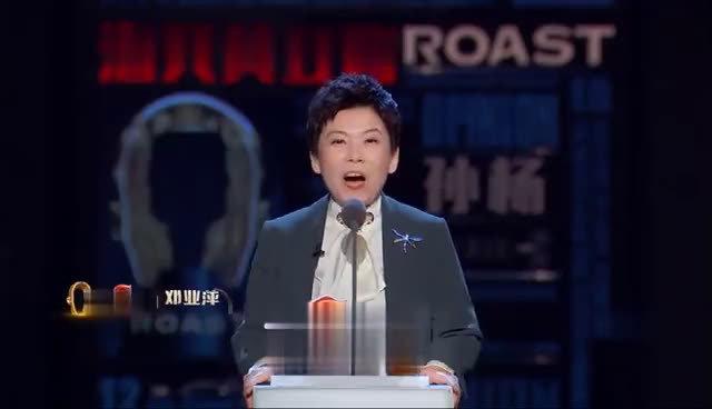 开体育专场,大白杨@孙杨 和大魔王@小个子邓亚萍 站在一起的画面