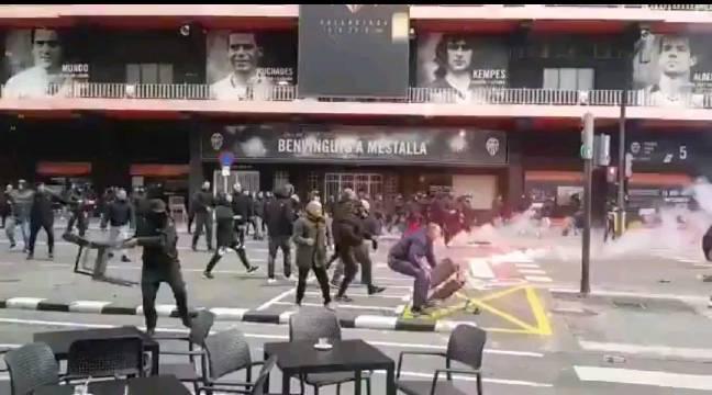 巴萨和瓦伦西亚双方的极端球迷在梅斯塔利亚球场外发生暴力冲突