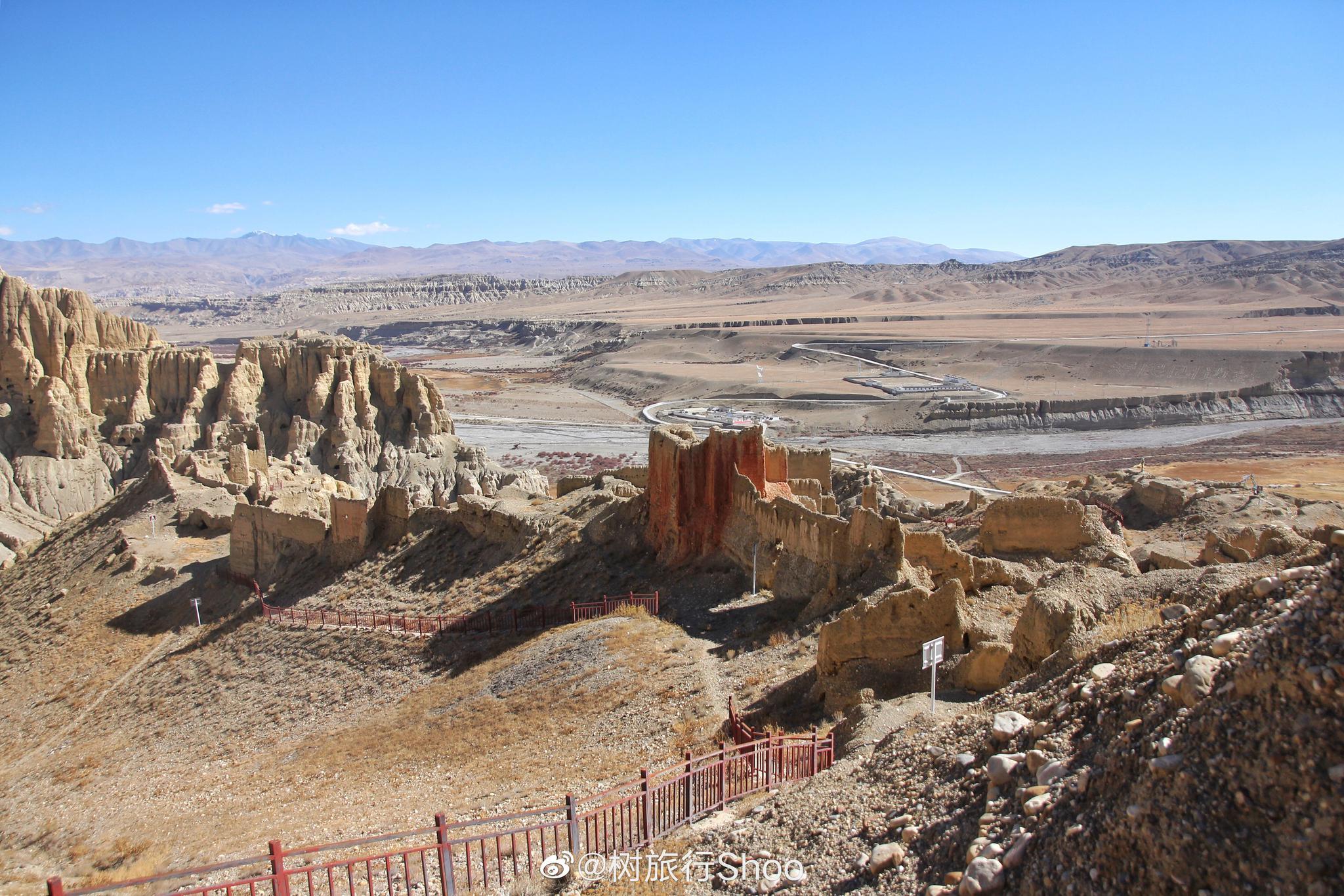 达巴遗址,曾经山顶的寺院在文革中拆除,1991年在山下重建了达巴寺