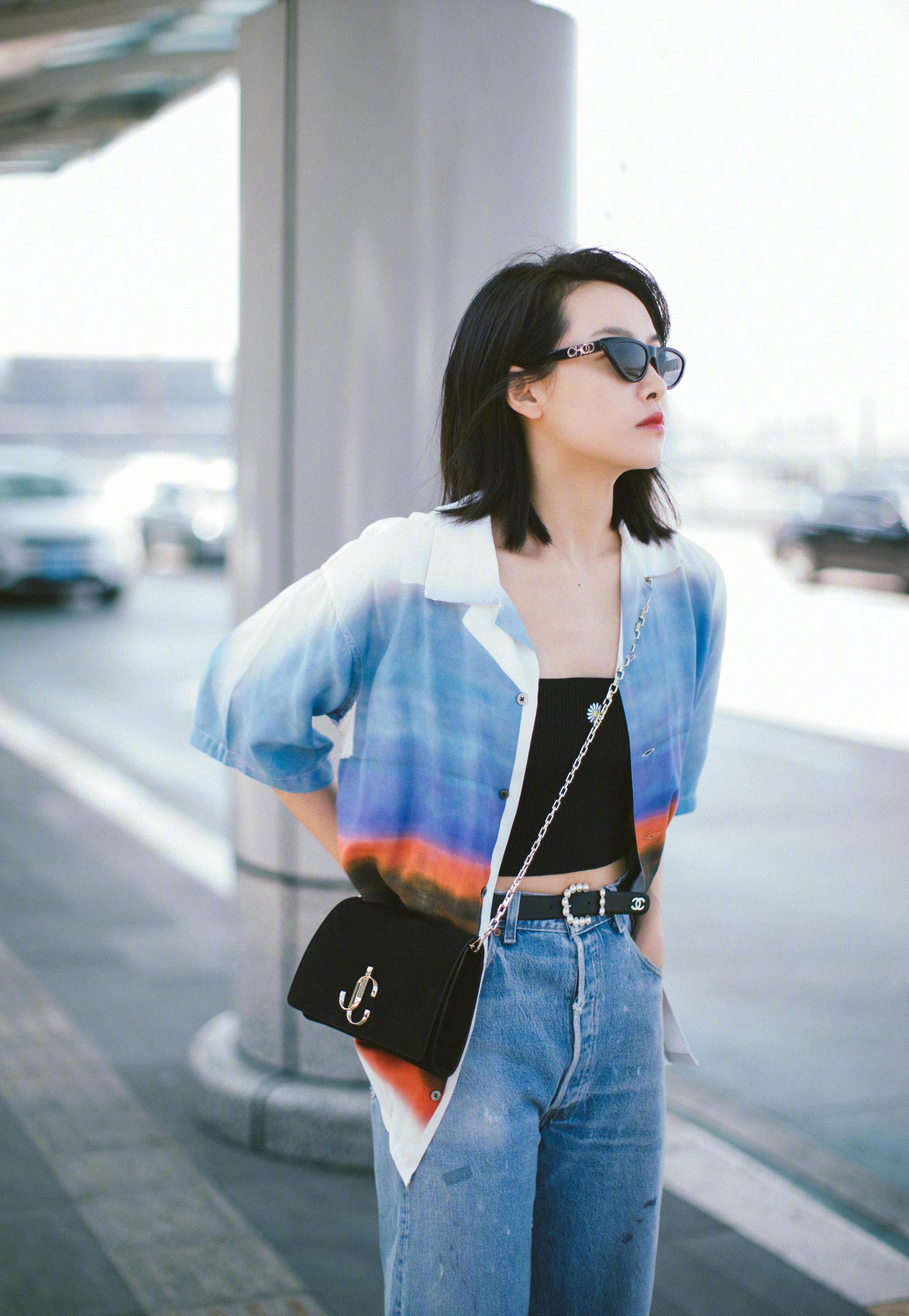 宋茜身穿渐变色衬衫现身机场,潮流感十足的搭配又飒又性感~