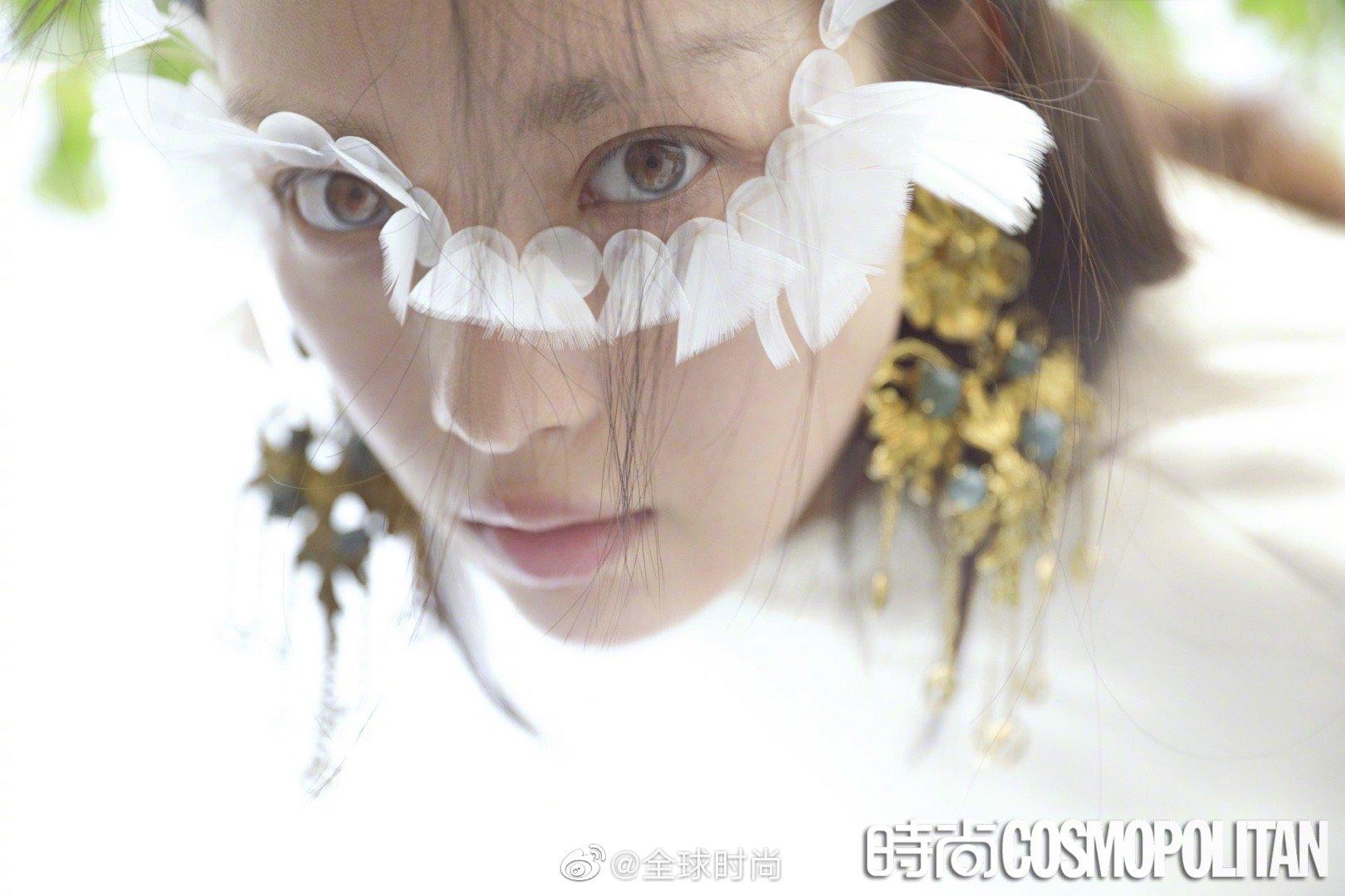 倪妮 &《时尚COSMO》封面大片,素颜出镜搭配创意羽毛设计妆容