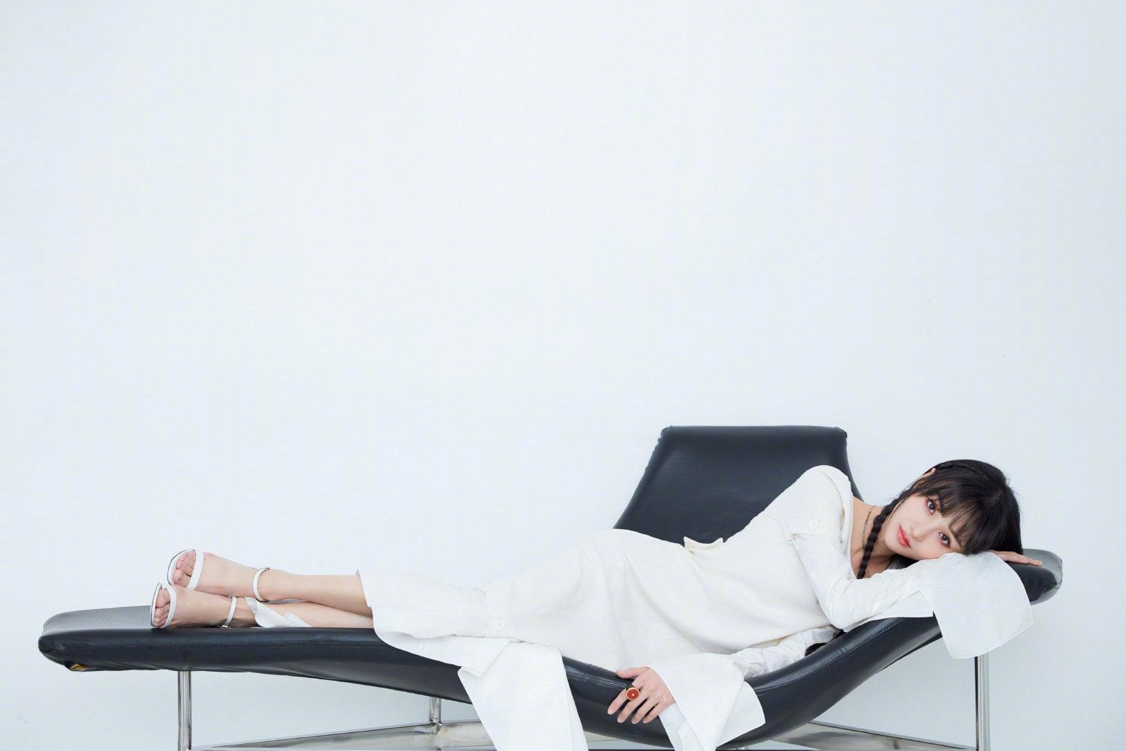 小辫子+白色不规则衬衫裙