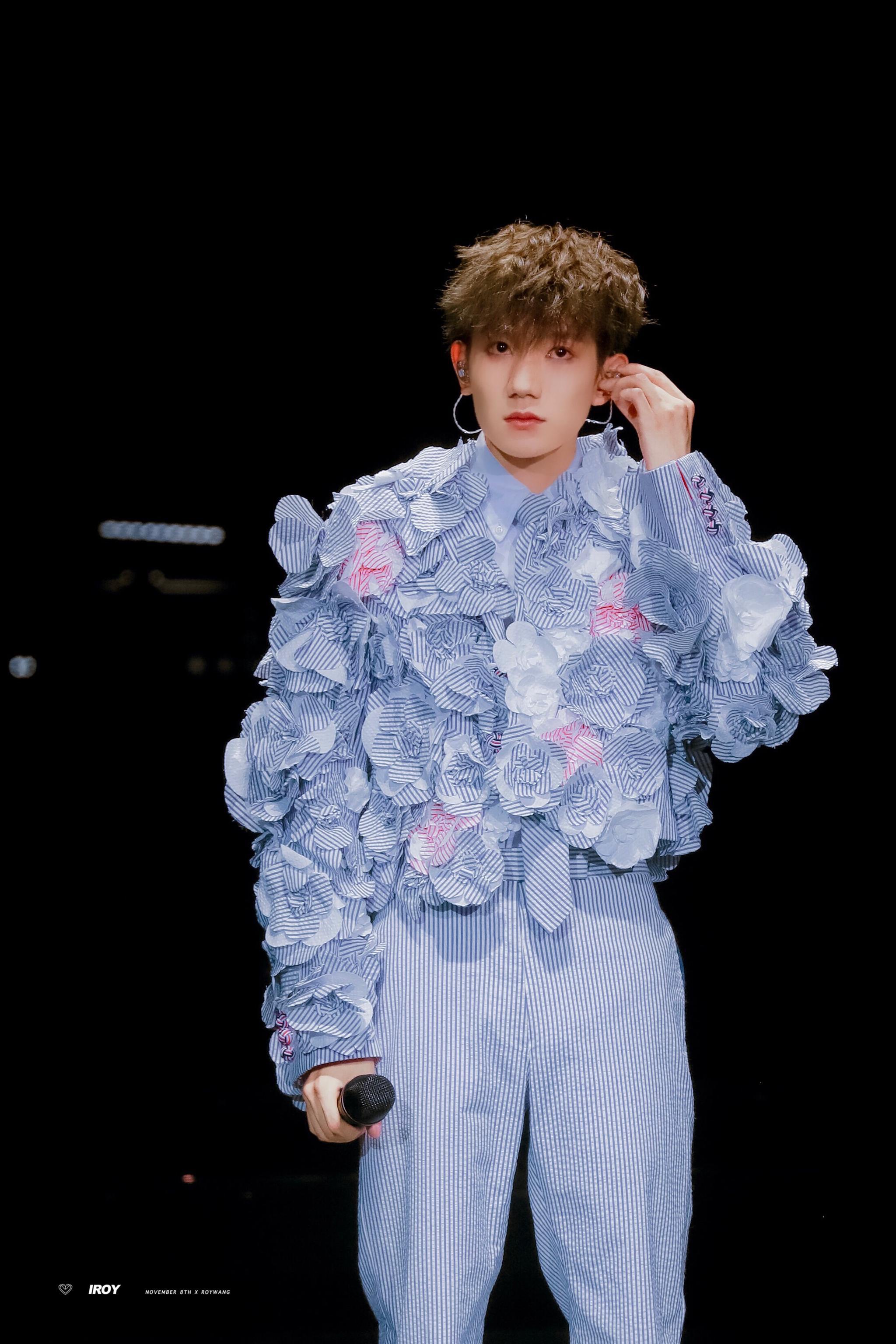 源哥个人演唱会的潮流造型穿搭,每套都超爱啊!@TFBOYS-王源