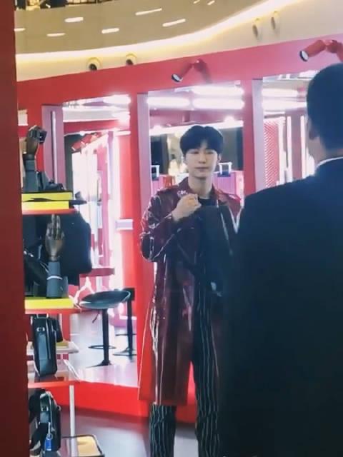 范丞丞品牌活动 怎么穿个雨衣(不是)都那么好看