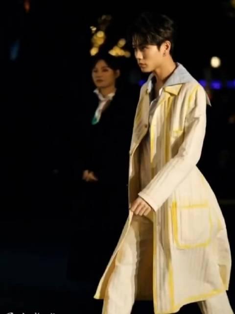 林彦俊品牌活动饭拍视频合集~今天是米色风衣+长裤套装的帅气boy