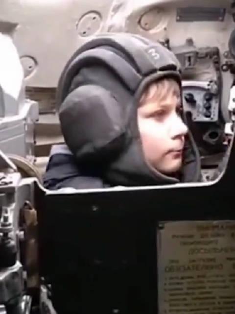 果真是战斗民族!俄罗斯小朋友居然在玩真坦克,砰!