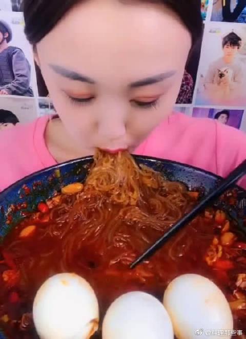 小姐姐吃麻辣米线+三个鸡蛋,大口网嘴里塞,看着就眼馋!
