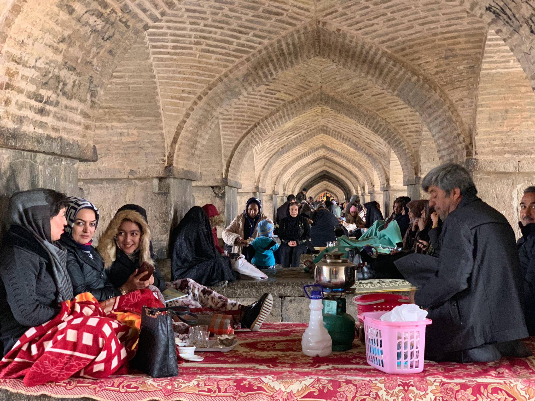 伊朗人超级爱聚集,从早饭开始,就聚在一个罗汉床那样的炕上