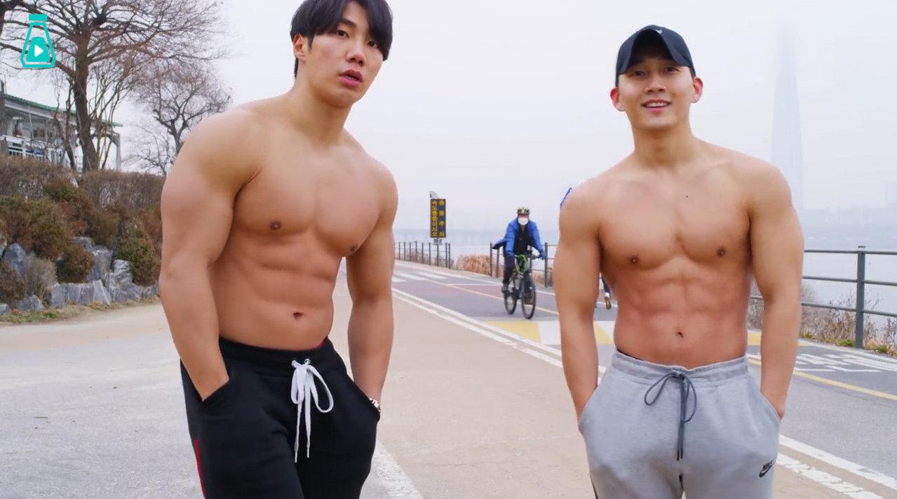 两位身材超好的韩国小哥在街头展示时下流行的TABATA训练法..